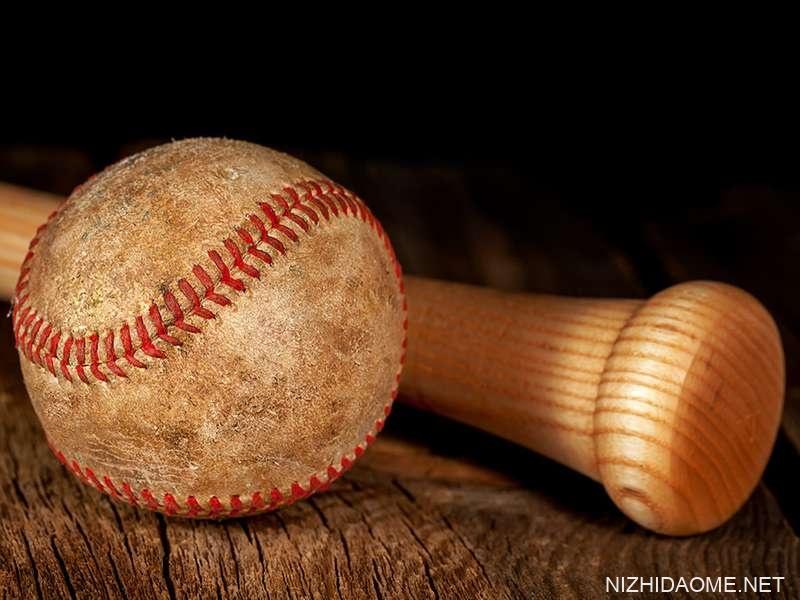 旧的棒球和木棒