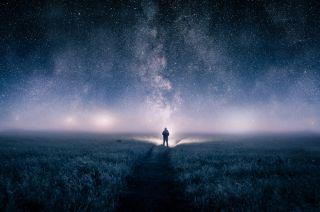 一个男人抬头看着夜空