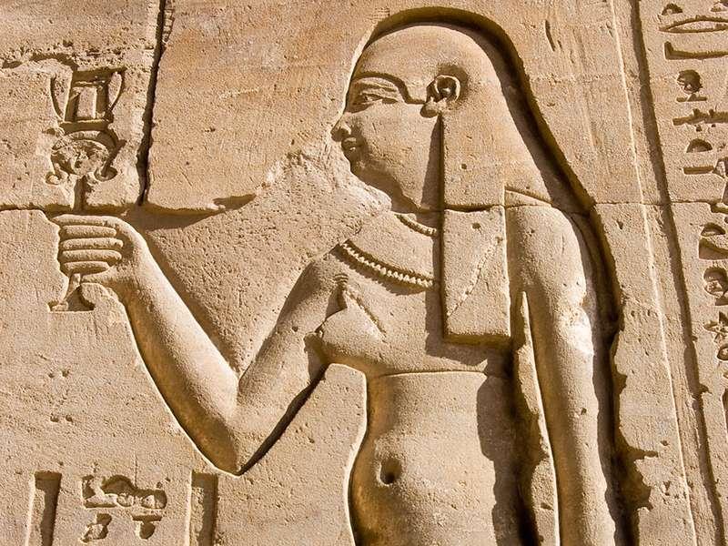 克娄巴特拉象形文字雕刻的古埃及女王克娄巴特拉。 Horus寺庙的墙壁在埃德富,埃及的。