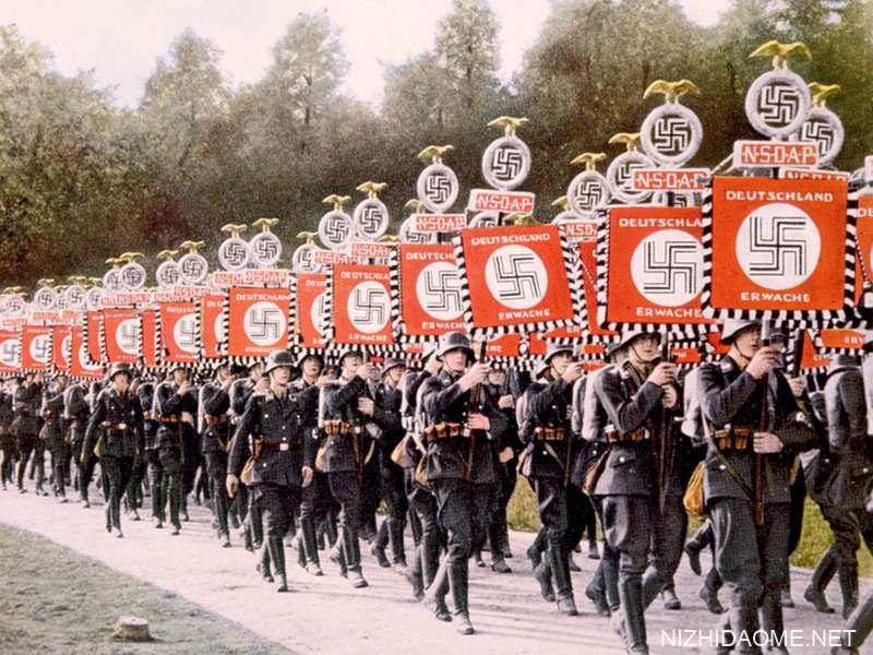 纳粹德国,纳粹党卫军在1933年德国纽伦堡举行的聚会日集会上以胜利的标准前进。(纳粹党,纳粹党人舒茨格斯塔夫尔)
