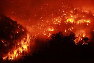 野火在蒙大拿州燃烧。
