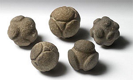 来自苏格兰的五个雕刻石球(AN1927.2727-2731)。 学分:阿什莫林博物馆