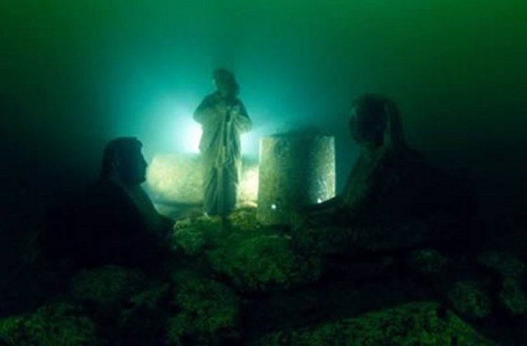 神秘的古代人物被埋在水下。 ©Franck Goddio / Hilti Foundation,照片:克里斯托夫·格里克(Christoph Gerigk)