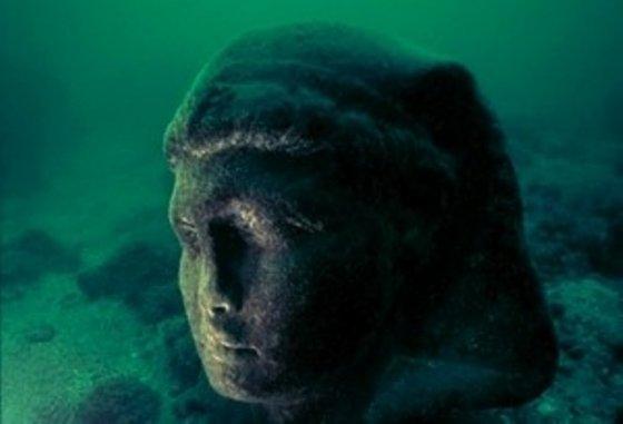 一个沉没的雕像在埃及以外的水下被发现。 ©Franck Goddio / Hilti Foundation,照片:克里斯托夫·格里克(Christoph Gerigk)