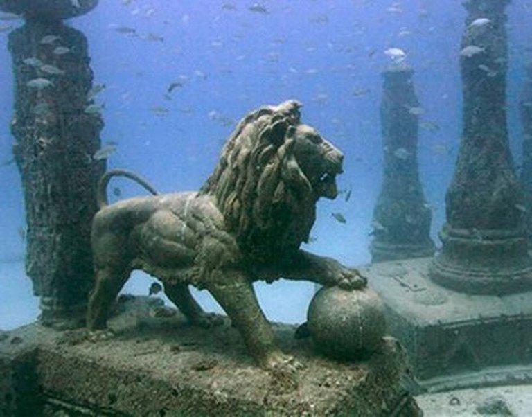 站立狮子的雕象在水面下。