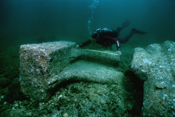 考古学家在阿布库尔湾发现的赫拉克利翁遗址上测量了一个巨大的红色花岗岩雕像的脚。 ©Franck Goddio / Hilti Foundation,照片:克里斯托夫·格里克(Christoph Gerigk)