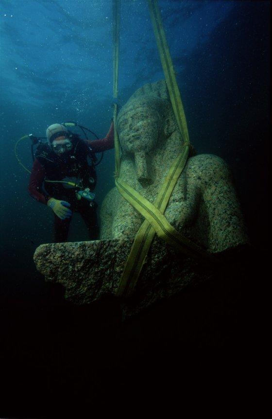 巨大的红色花岗岩雕像(5.4 m)代表哈皮神,装饰了赫拉克利翁神庙。 尼罗河洪水之神,象征着丰富和肥沃,从未如此大规模地被发现,这表明他对卡诺普地区的重要性。 ©Franck Goddio / Hilti Foundation,照片:克里斯托夫·格里克(Christoph Gerigk)