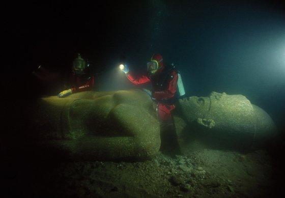 弗兰克·戈迪奥(Franck Goddio)及其团队的潜水员正在检查法老的雕像。 巨大的雕像是红色花岗岩,面积超过5米。 它被发现在沉没的Thonis-Heracleion大庙附近,并在现场重新组装。 ©Franck Goddio / Hilti Foundation,照片:克里斯托夫·格里克(Christoph Gerigk)