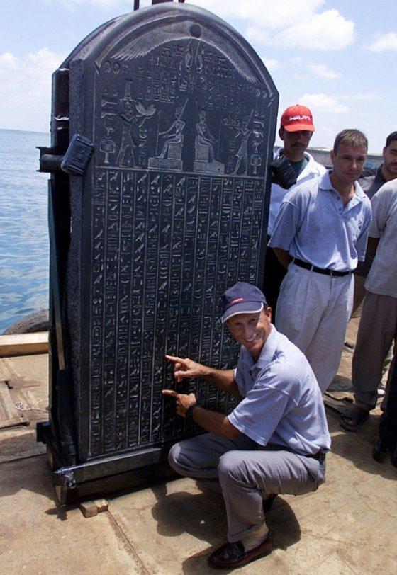 法国海洋考古学家弗兰克·戈迪奥(Frank Goddio)在2001年6月7日在亚历山大海军基地的一艘驳船上解释了赫拉克利翁碑的文字。