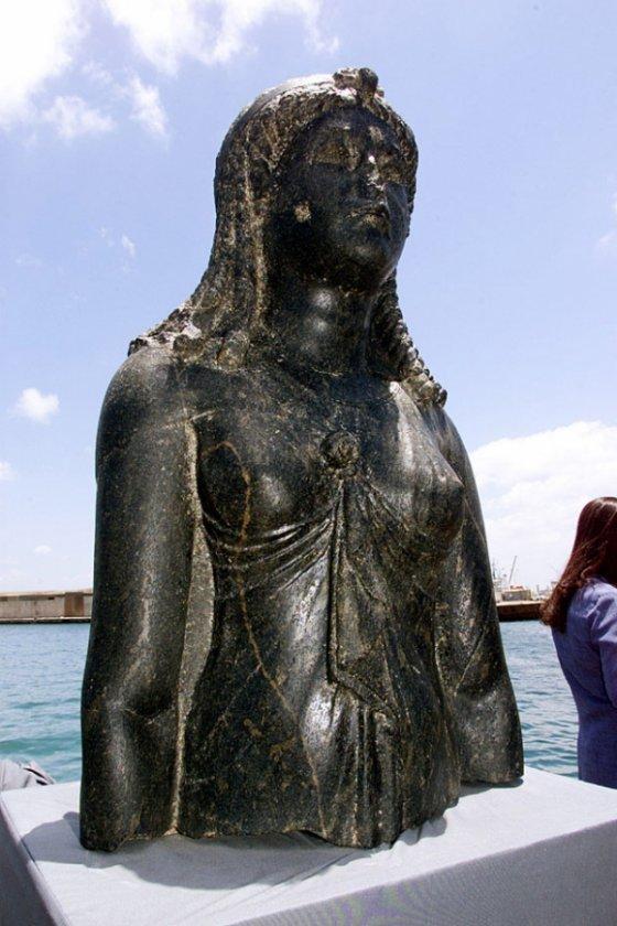 2001年6月7日,在亚历山大港海军基地的一艘驳船上展出了伊西斯女神雕像。