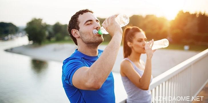 喝水可以帮助避免便秘。