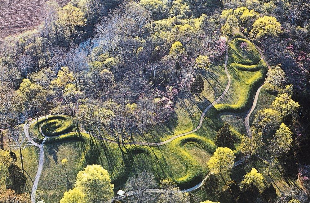 今日的巨蛇丘。 在Brush Creek上方的左侧。 从东南看。 (公元前2300年,俄亥俄州亚当斯县。
