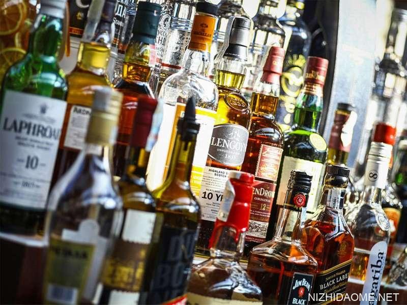 瓶装酒精的几种类型在罗马尼亚布加勒斯特的一家酒馆的架子上显示。