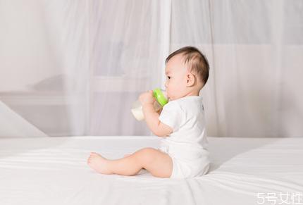 新生儿母乳一次喂多长时间 新生儿多久喂一次母乳正常