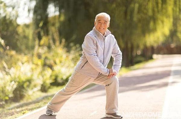 中老年人抬腿压腿有什么好处