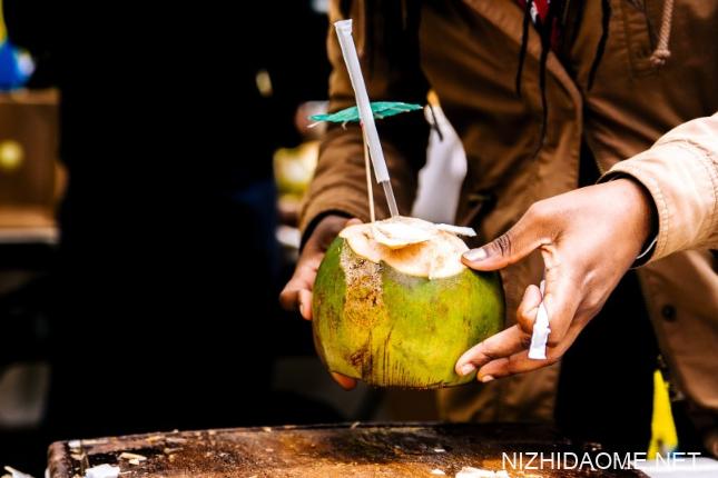 椰子里面的白色果肉可以吃吗 椰子里面白色的椰肉可以吃吗