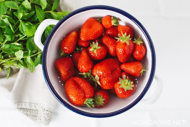 草莓长毛了还能吃吗 草莓上面有白色的毛毛可以吃吗