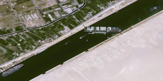 苏伊士运河搁浅货船救援或需几周:目前运河已暂停航行