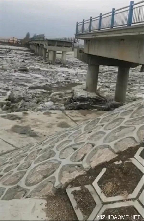 哈尔滨一大桥疑被冰排撞塌:出现数十米长的空缺