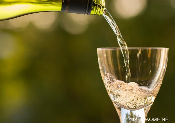 白葡萄酒和红葡萄酒的区别 白葡萄酒好喝还是红葡萄酒好喝