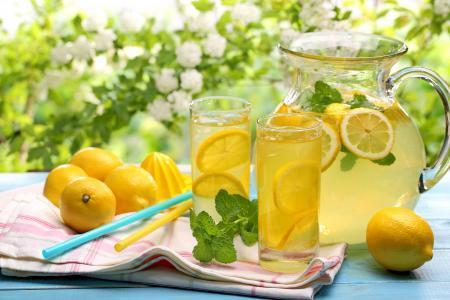 柠檬汁可以敷脸上吗 柠檬汁可以直接涂脸上吗