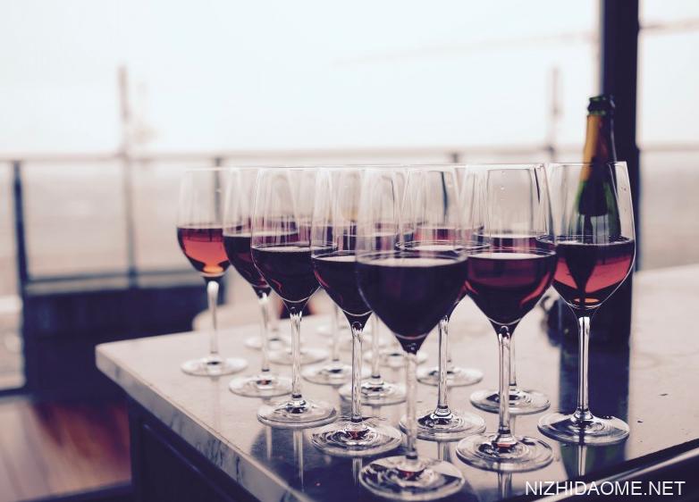洋葱泡红酒可以降血压吗 洋葱泡红酒的九大功效