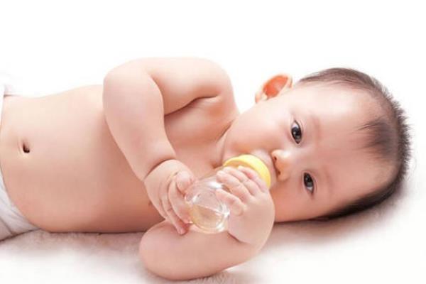 婴儿溢奶怎么解决 婴儿溢奶怎么拍嗝
