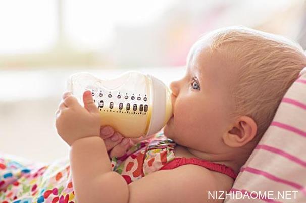 婴儿溢奶从鼻子里冒出来有什么危害 宝宝吐奶从鼻孔里出有事吗